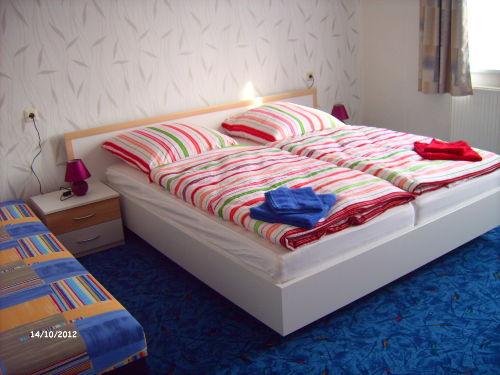 Schlafzimmer mit Doppelbett u. Aufbett.