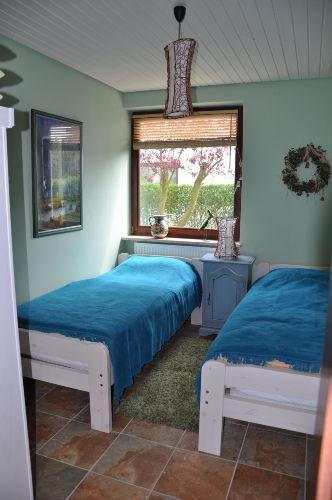 Schlafzimmer unten mit Einzelbetten