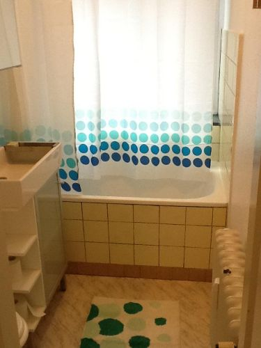 Tageslichtbad mit Badewanne und Dusche