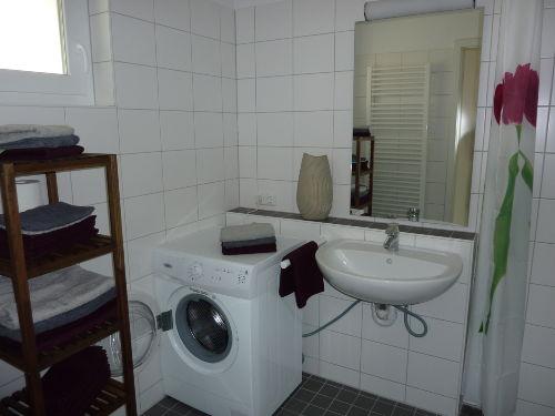 Blick ins Bad mit Wasch/Trockner