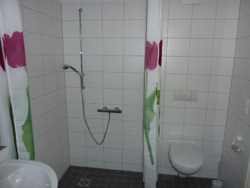Blick in die bodenebene Dusche