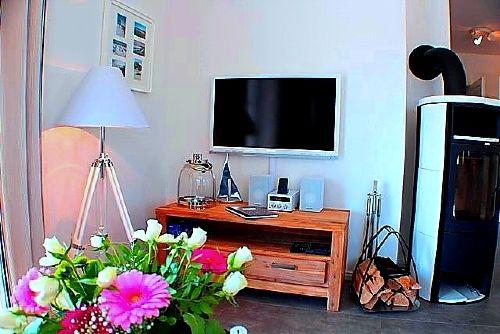 Wohznzimmer mit Kamin und Flat TV, DVD