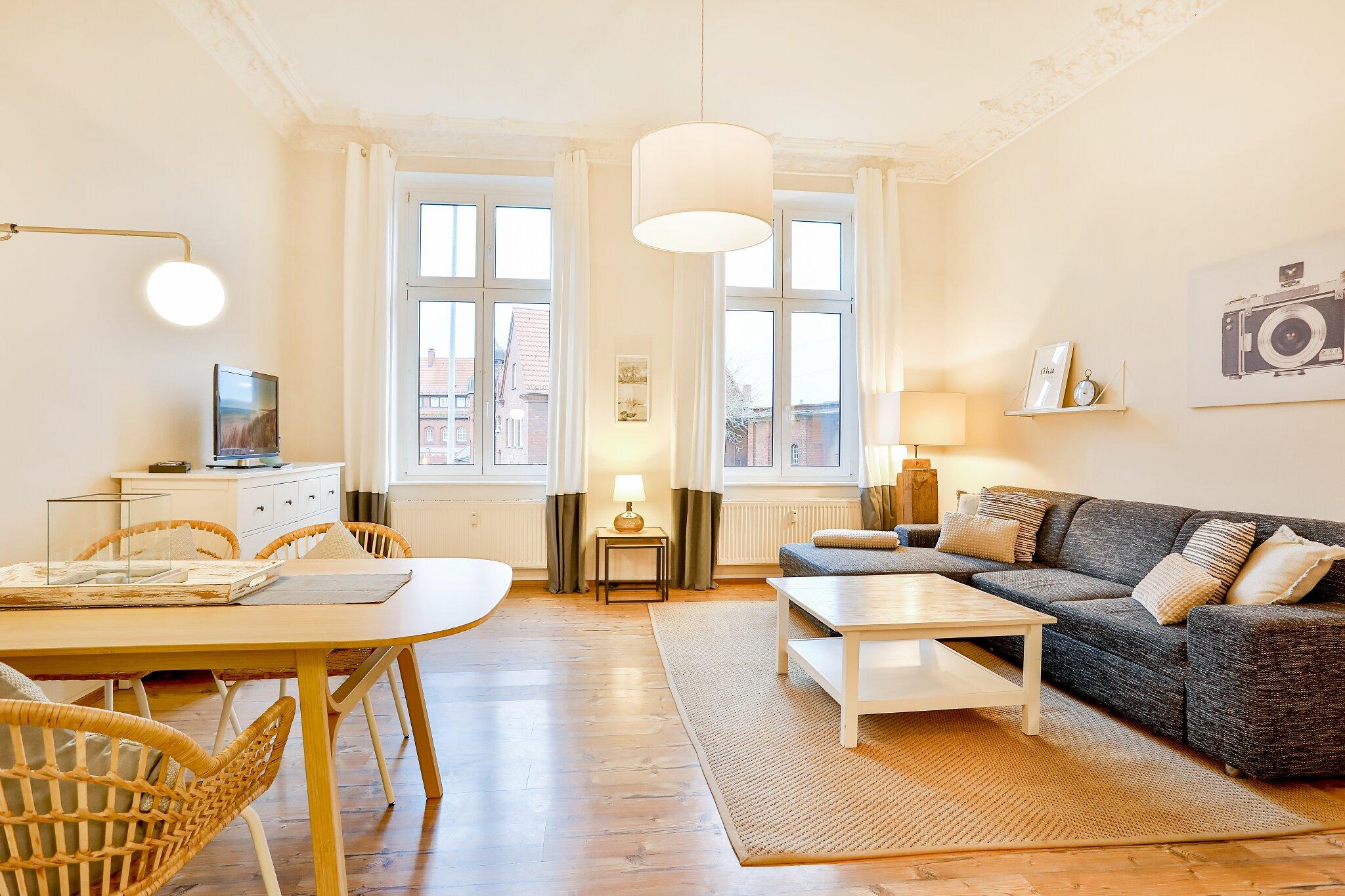 Wohnbereich mit Schlafcouch und Stuck