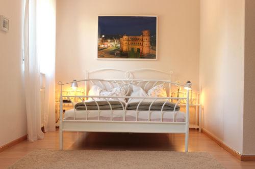 Schlafzimmer mit Nachtisch