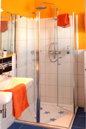 Dusche und Handwaschbecken