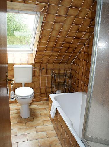Badezimmer mit Duschwanne und Toilette