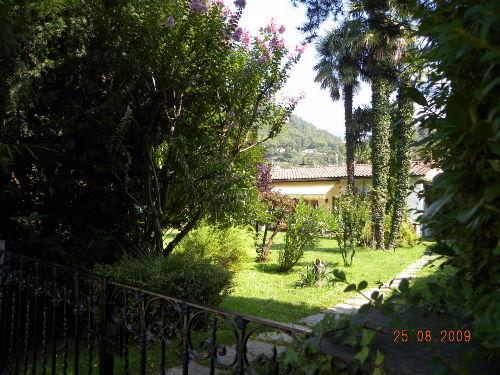 Blick vom Weg auf Garten u. Haus
