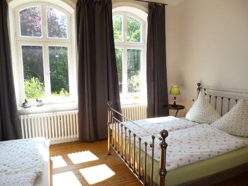 Schlafzimmer 2 hier mit Beistellbett