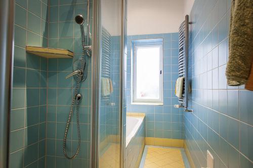 Bad mit separate Dusche & Wanne