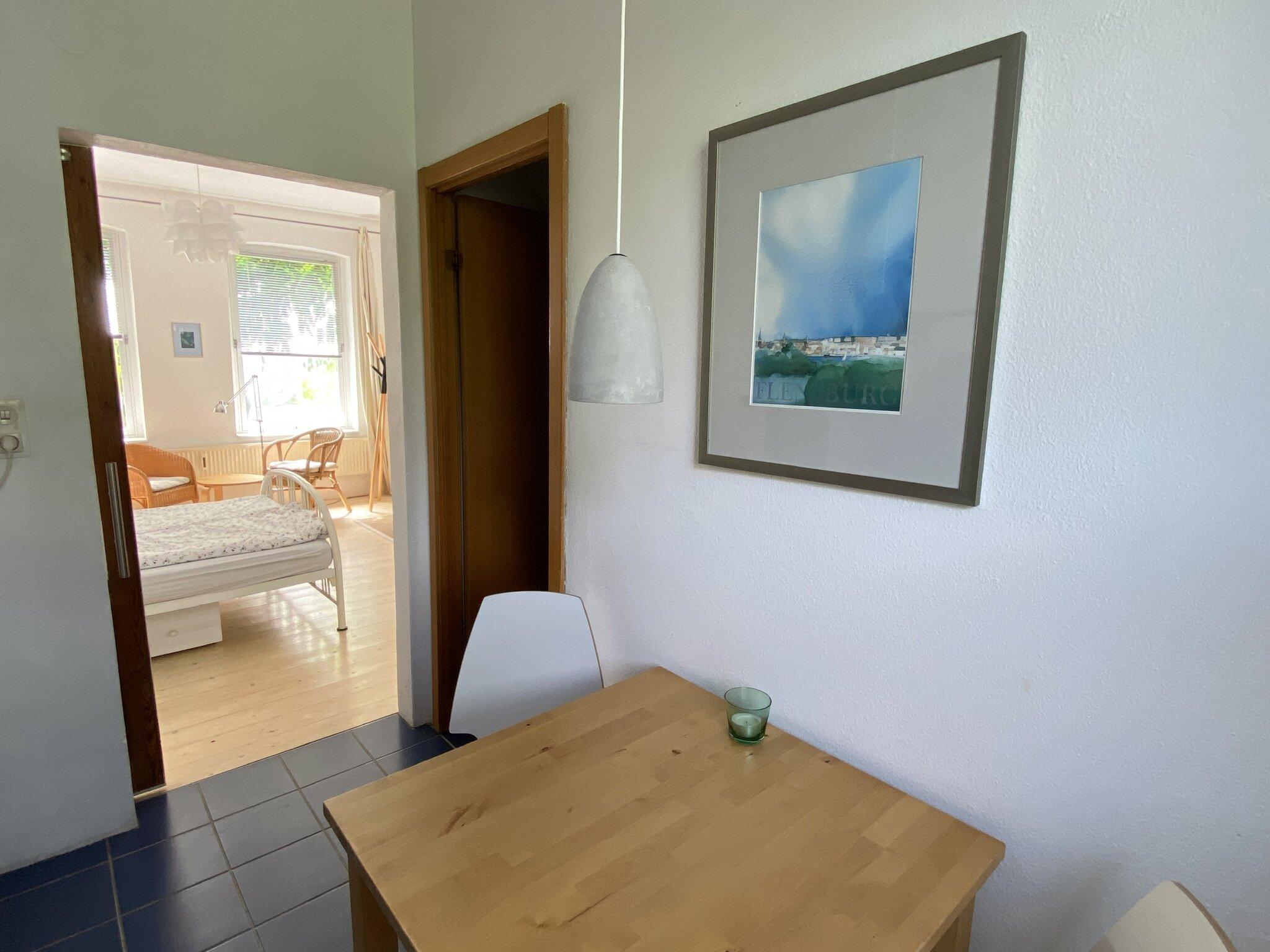 Blick aus Küche in den Nachbargarten