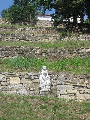 Ansicht vom Grundstücksende mit Brunnen