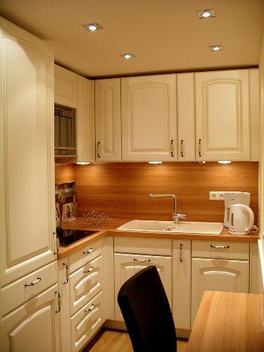 Die voll ausgestattete, moderne Küche