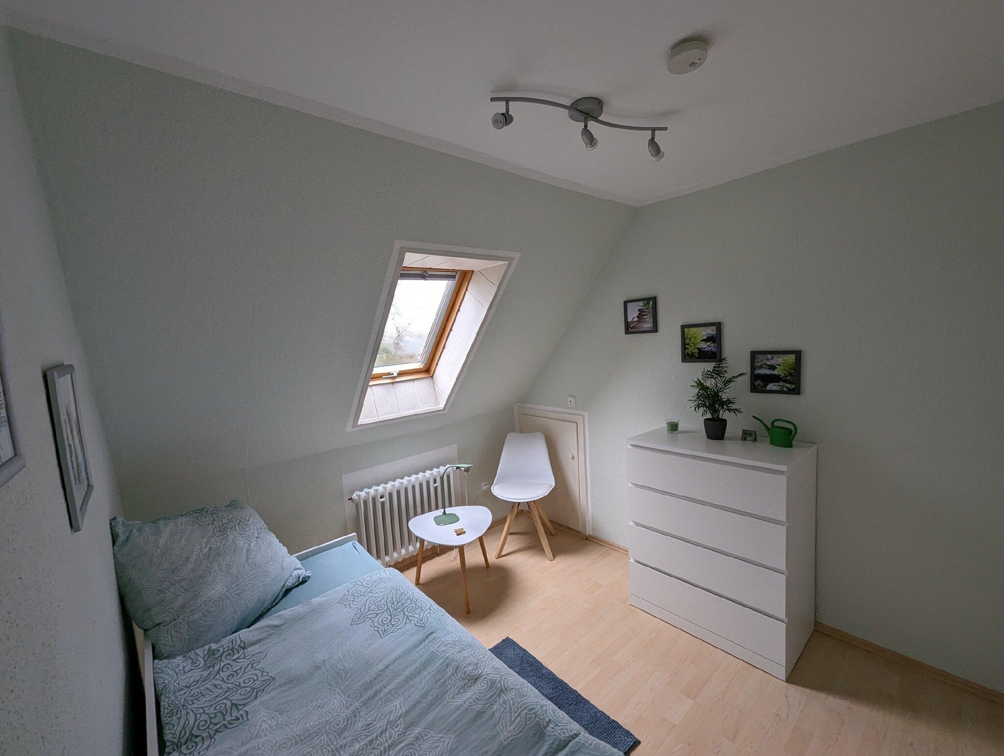 Wohnraum mit Rundecke und TV