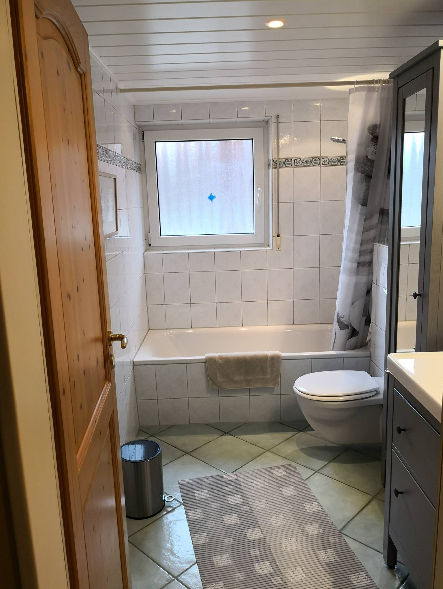 Vollbad mit WC und Duschmöglichkeit