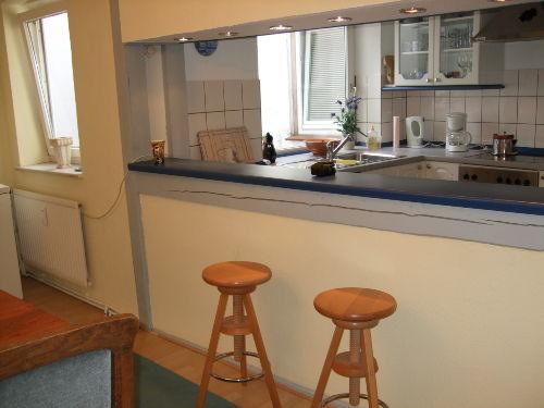 Küche mit Tresen u. Blick in d. Lichthof