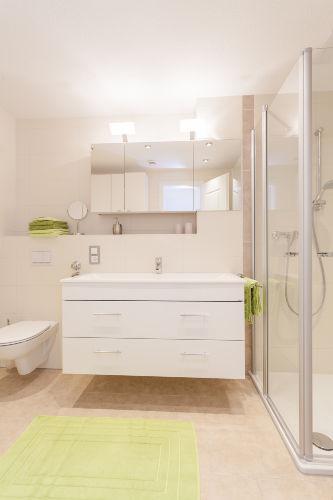 das moderne helle Badezimmer
