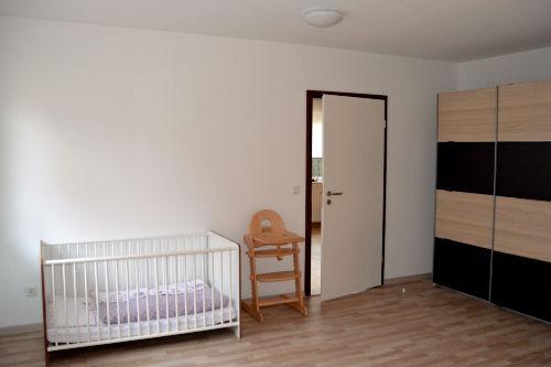 Schlafzimmer Erdgeschoss mit Kinderbett