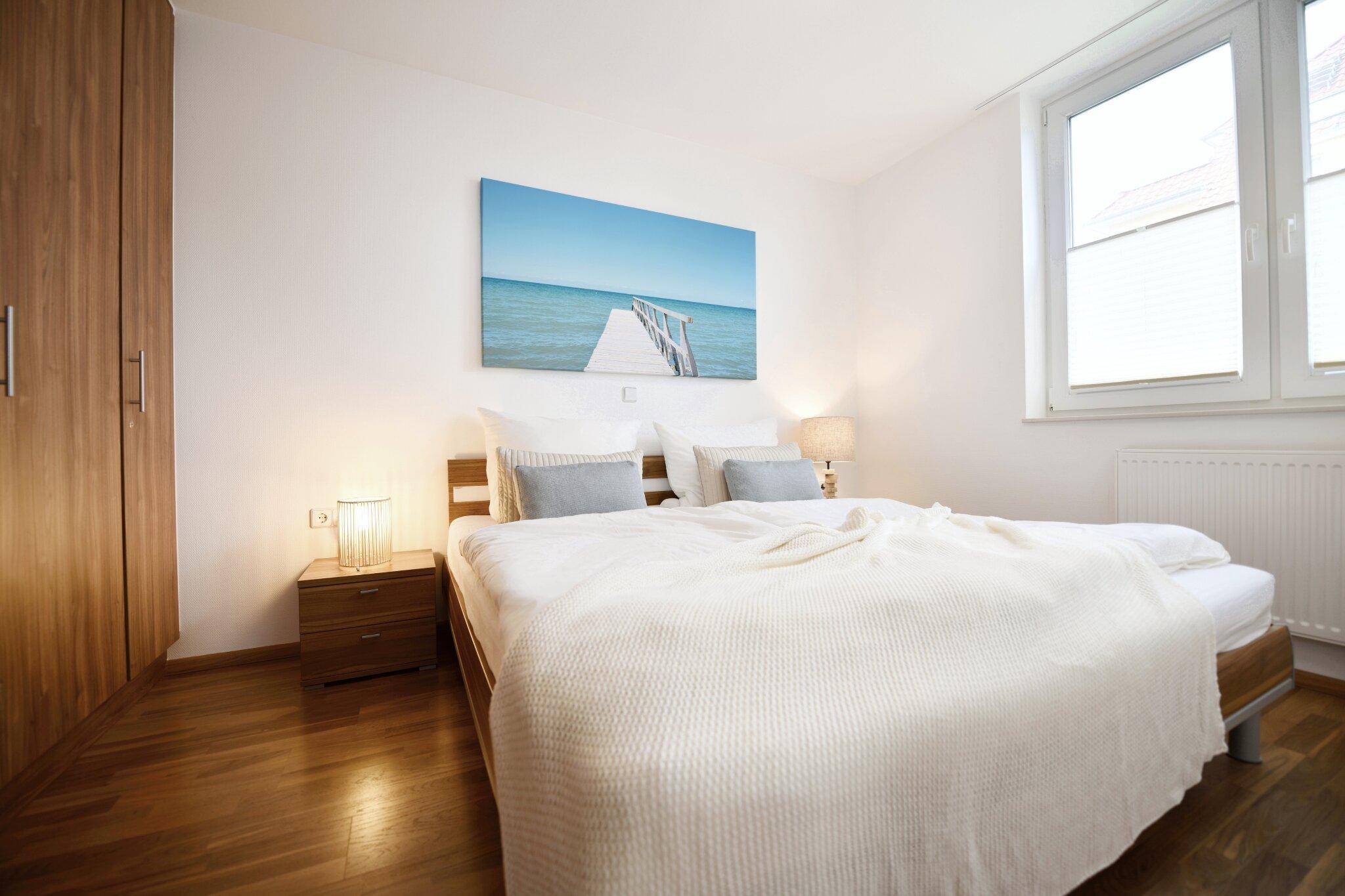 Schlafzimmer 1 mit Laminatfußboden