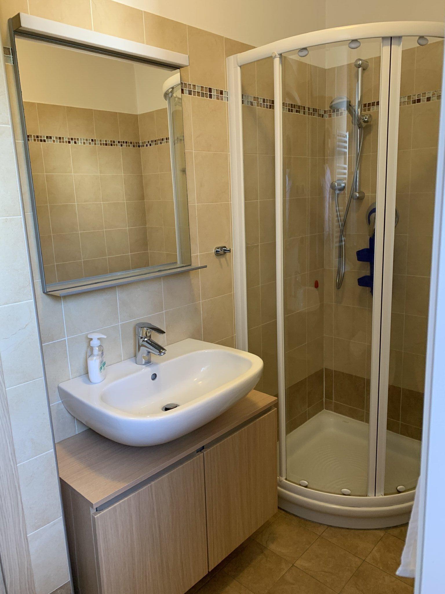 Bad mit Dusche, WC, BD, Waschmaschine