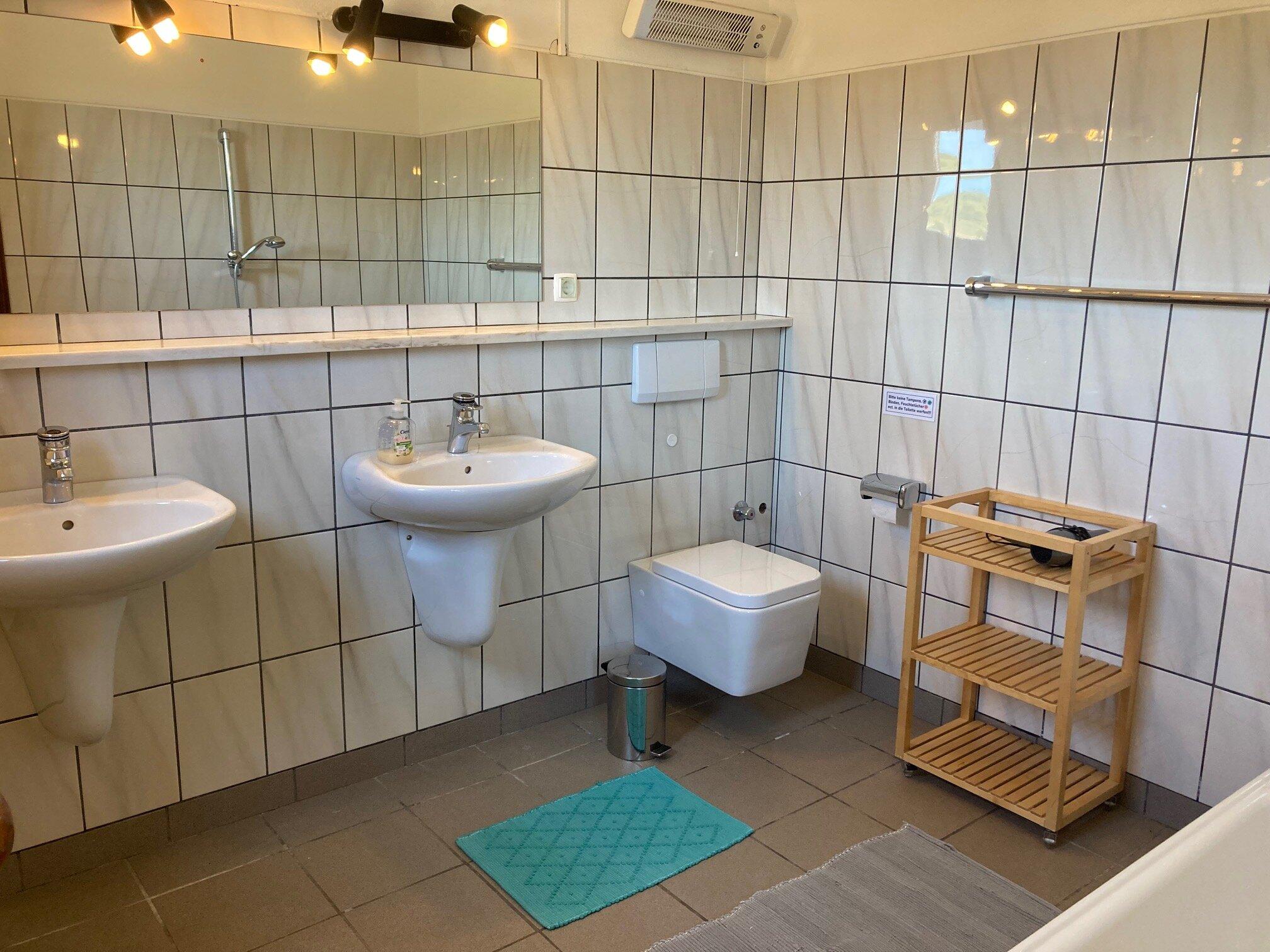 Schlafzimmer, rechts zum separaten Bad