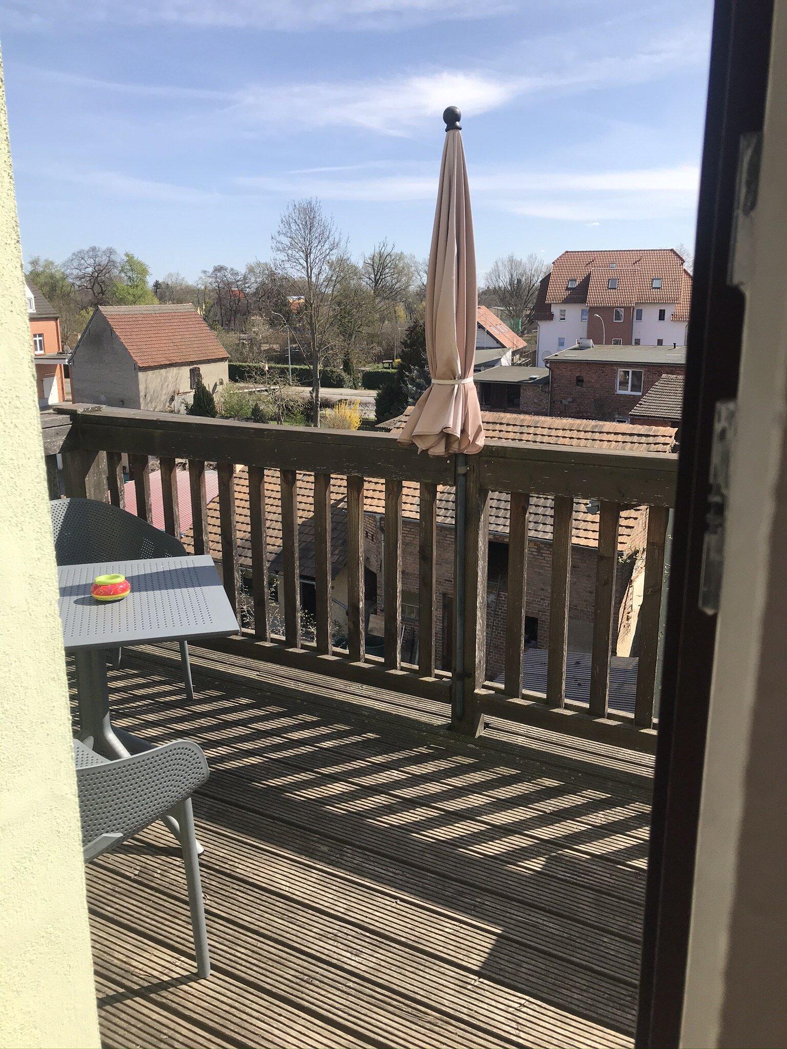 Gemütliche Sitzecke auf großem Balkon
