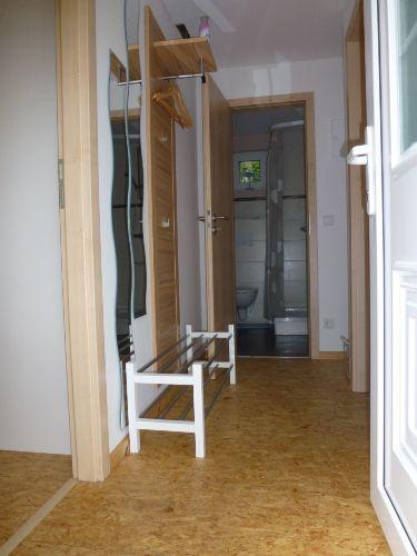 der Eingangsbereich mit Flur und Bad