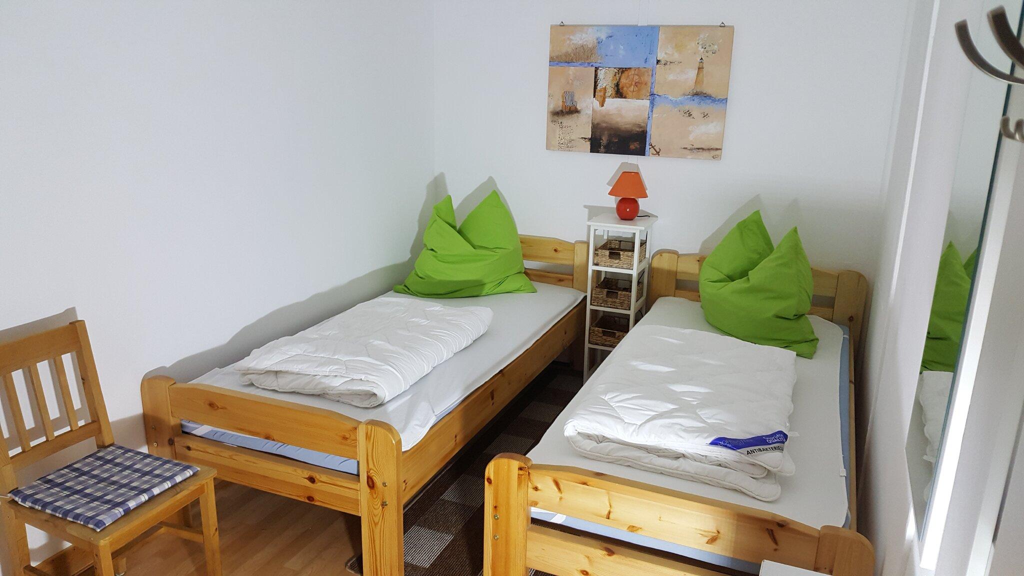 Wohnraum mit Küchenzeile u. Doppelbett