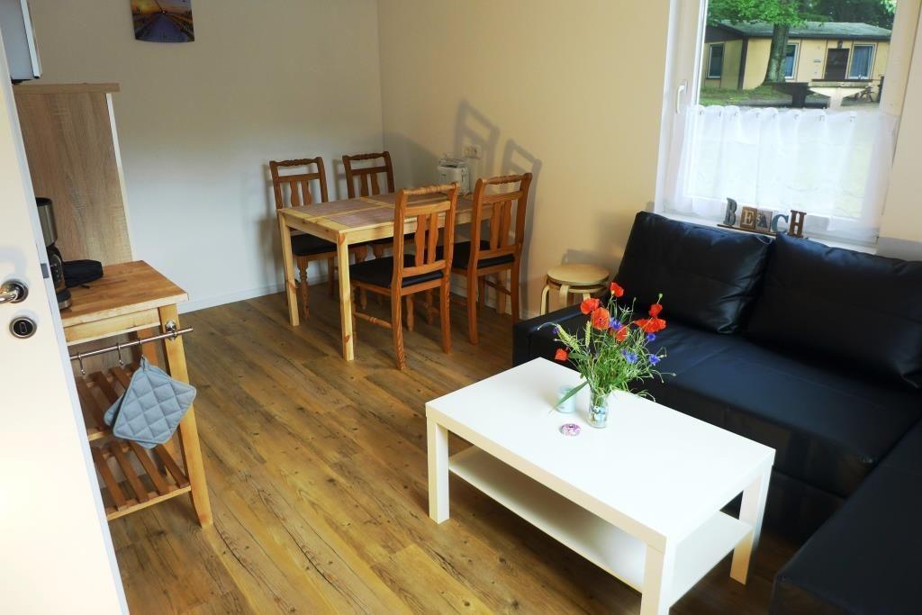 Wohnraum mit Esstisch und Funktioncouch