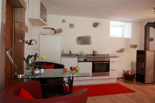 Wohnraum und Küche im Appartement Jaune
