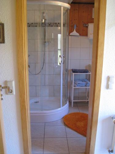 das Badezimmer mit Runddusche