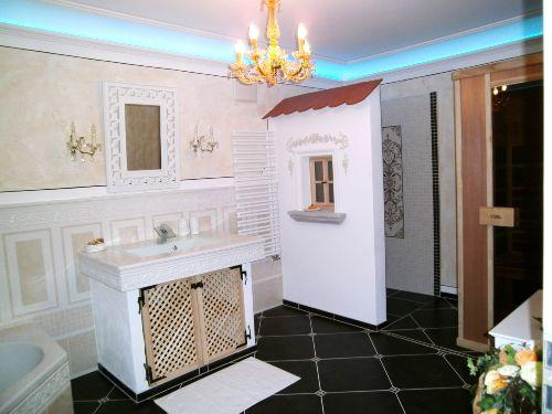 Großes Badezimmer mit Infrarotkabiene