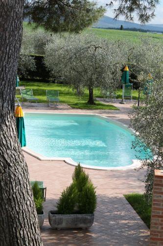 Schwimmbad und Liegewiese