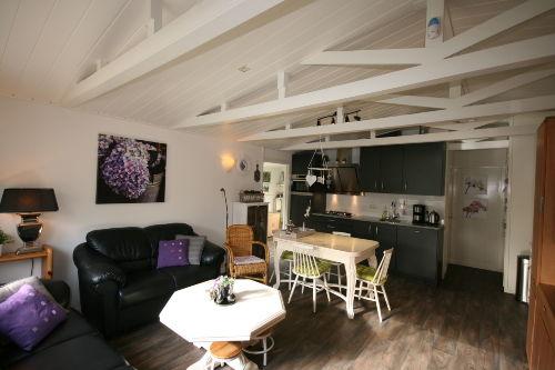 Wohnzimmer mit Esstisch & offene Kueche