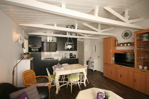 Wohnzimmer, Esstisch und Kueche