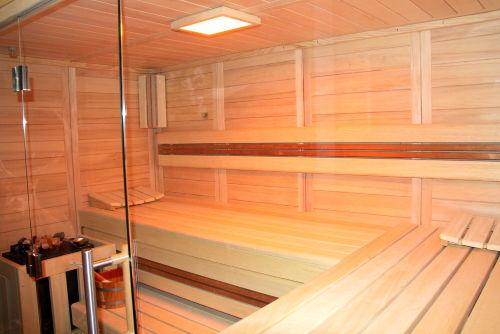 Felsen- Sauna mit LED- Farblicht