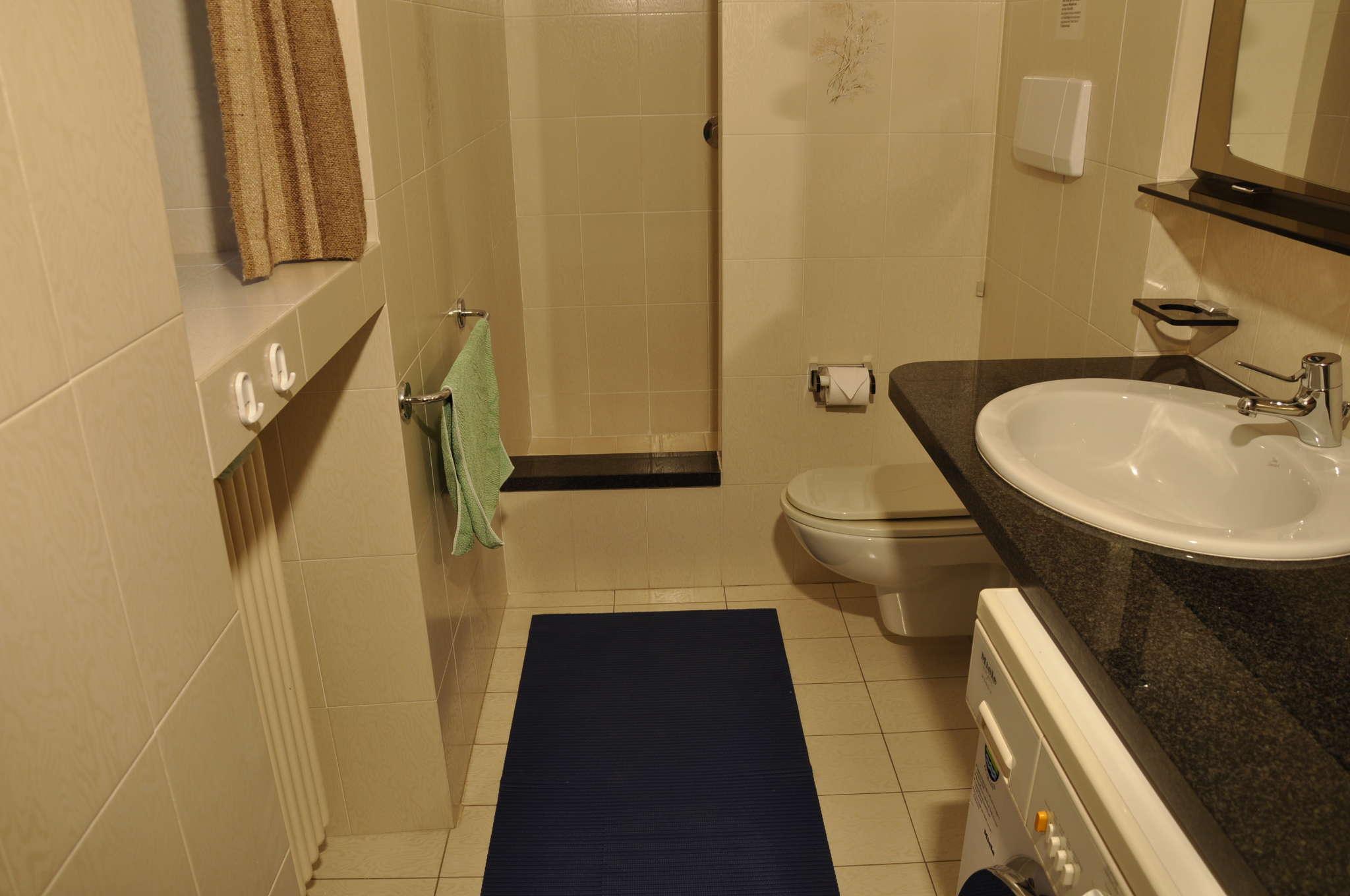 Dusche/WC mit Waschmaschine