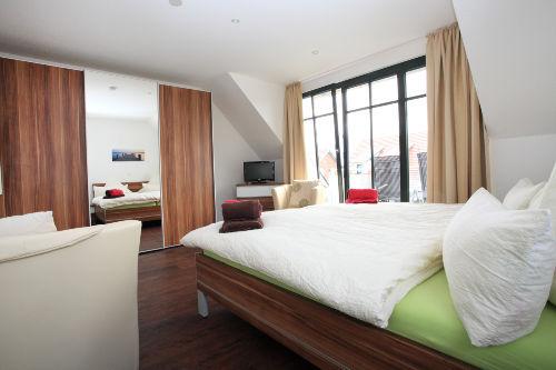 Schlafzimmer mit Balkon und Wickeltisch