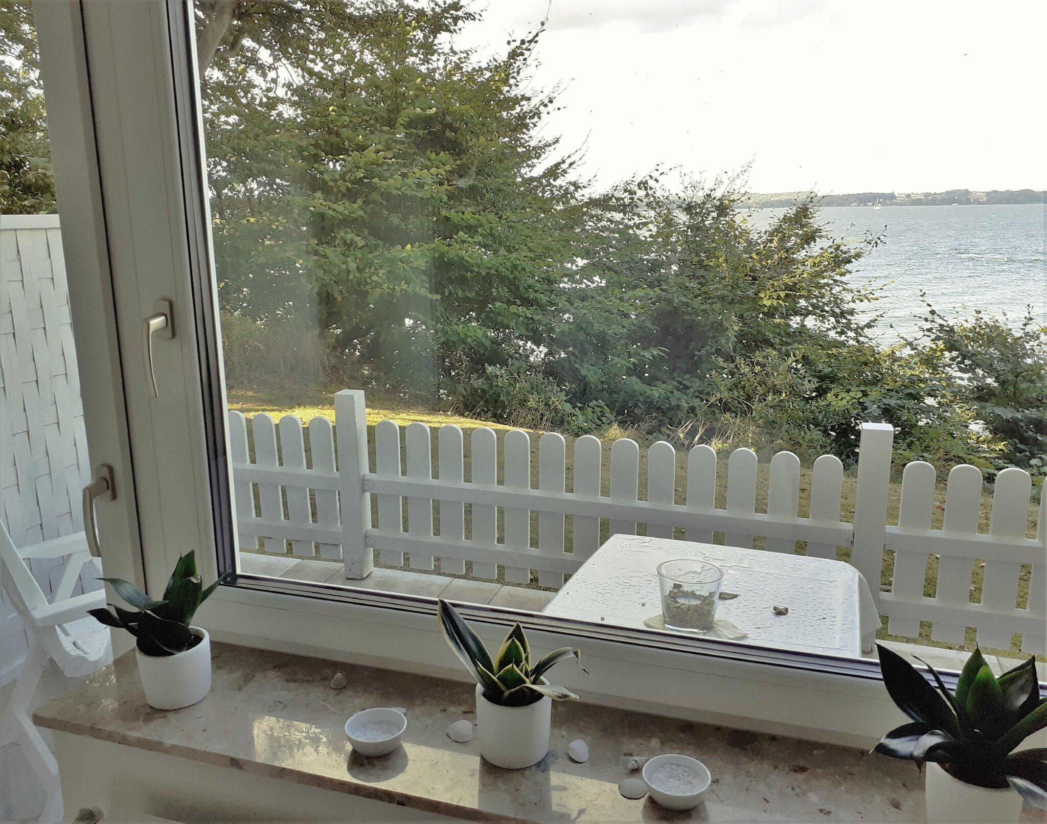 Wohnzimmer mit Terrasse zum Meer