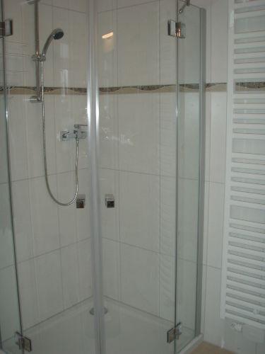Dusche und Wandheizkörper
