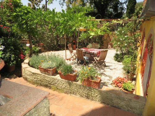 Der lauschige Garten lädt zum faulenzen