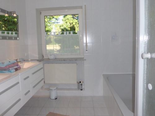 Großes Bad mit Doppelwaschtisch