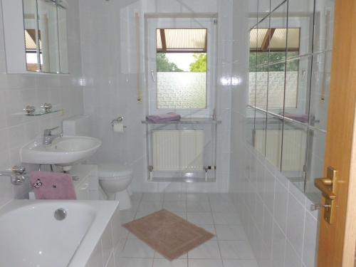 Kleines Bad mit Badewanne und WC