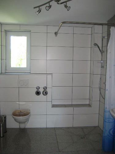 Ger�umiges Badezimmer