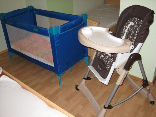 Kinderbett + Hochstuhl