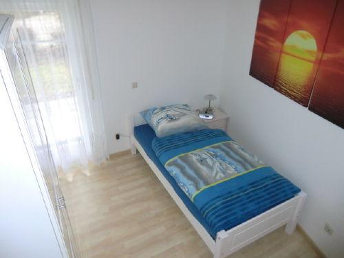 kleines Schlafzimmer mit einem Bett