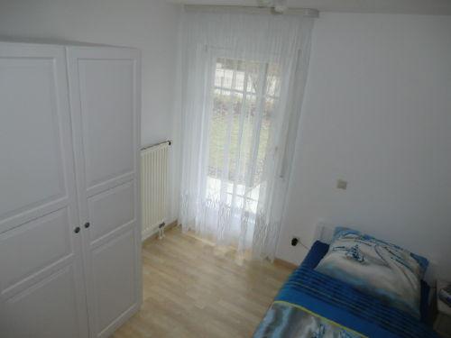 Kleines Schlafzimmer mit einem Schrank