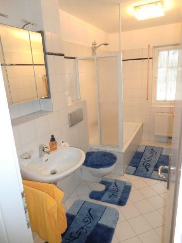 Bad mit Wanne und Duschabtrennung