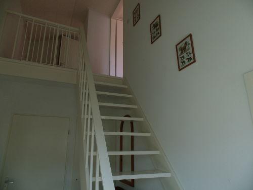 Treppe mit Gitter auf die Etage