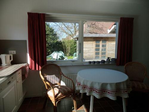 Küche mit Sicht auf den Garten