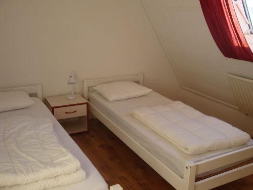 Schlafzimmer oben mit zwei Einzelbetten